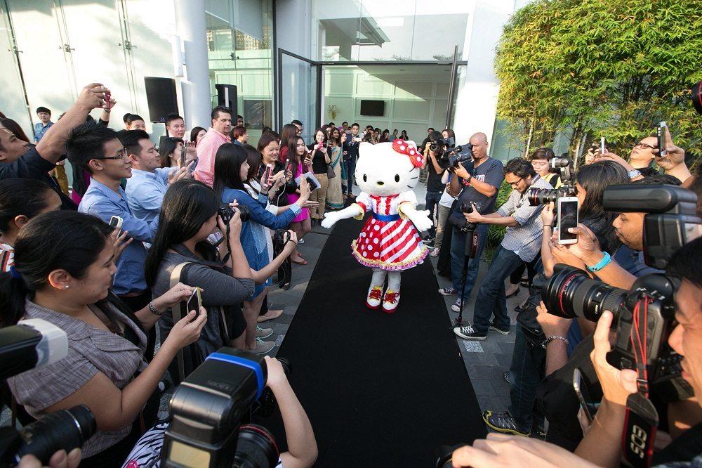 Hello Kitty and the paparazzi - woman online magazine
