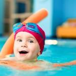 5 Kebaikan Melatih Bayi Berenang