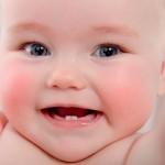 Tanda & Umur Yang Sepatutnya Bayi Anda Tumbuh Gigi